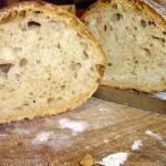 Un bel filone di pane fatto in casa, tagliato