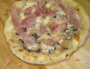 Pizza prosciutto e funghi pronta da gustare