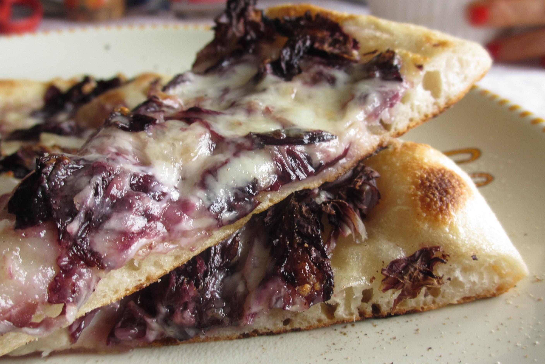 Pizza con radicchio e taleggio tagliata a spicchi