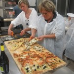 Teglie di pizza appena sfornate, pronte per essere assaggiate e valutate