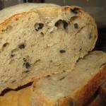 Pane con farina d'orzo e olive nere