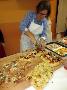 Tante pizze pronte sul tagliere per gli assaggi finali