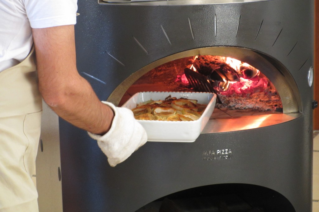 Teglia di cipolle gratinate cotte nel forno a legna
