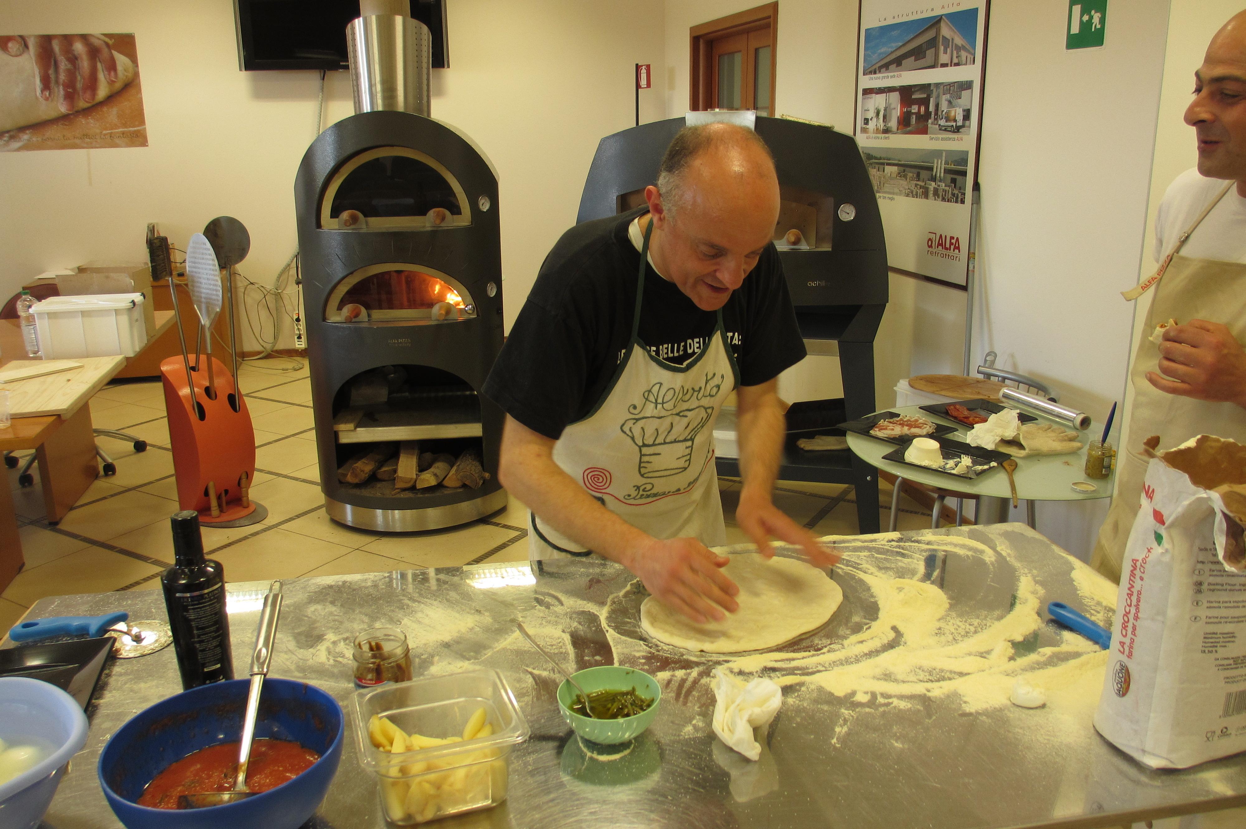 Alberto stende l'impasto davanti al forno Duettino Alfa Pizza