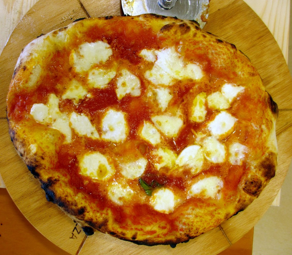 Pizza Margherita appena sfornata dal forno Duettino Alfa Pizza