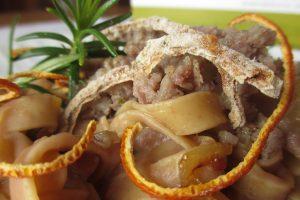 Particolare tagliatelle al farro con salsiccia e crema di fagioli